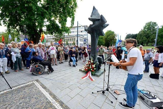 Beim Antikriegstag in Freiburg wird vor Rassismus und Aufrüstung gewarnt