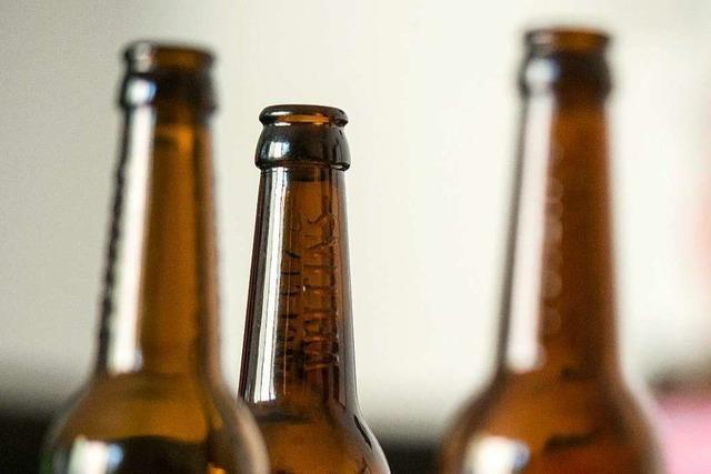 50 Kästen mit leeren Bierflaschen rutschen von Laster – B 294 war gesperrt