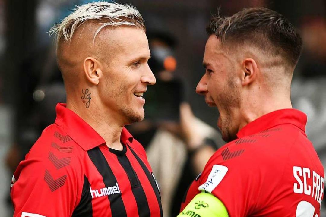 Jubel:  Jonathan Schmid (l) und Christian Günter beim Spiel gegen Mainz.  | Foto: Patrick Seeger (dpa)