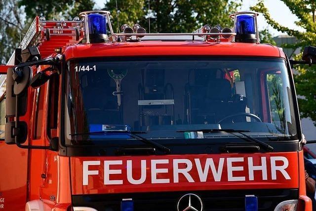 Auto landet auf Dach – Feuerwehr befreit Fahrerin in Lörrach