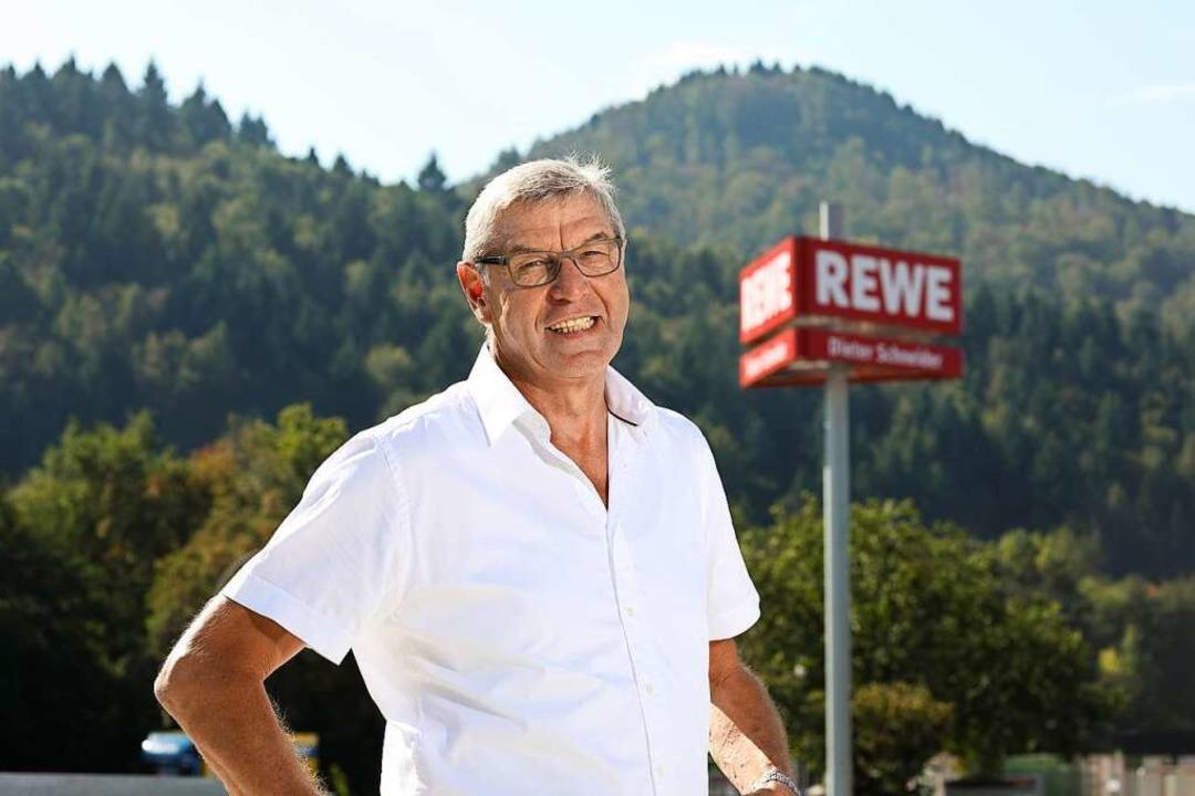 Dieter Schneider vor einem seiner REWE Märkte  | Foto: Joerg Eberl für REWE Dieter Schneider