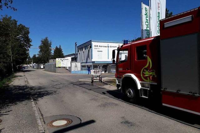 Großeinsatz der Feuerwehr nach Verpuffung bei IGS Aerosols in Wehr