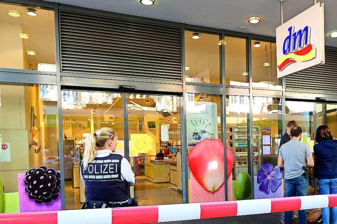Der DM-Markt konnte am Dienstag nicht betreten werden.  | Foto: Ingo Schneider