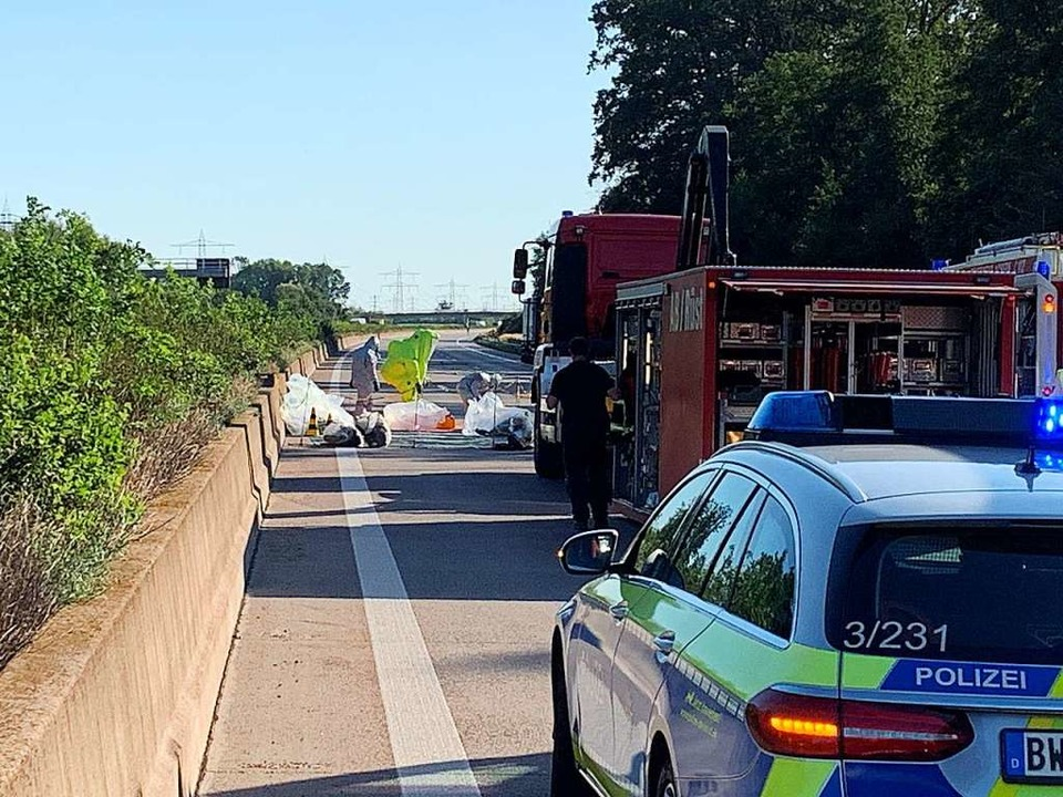 Die Polizei hatte die Fahrbahn der A5 ...ene Substanz analysiert und beseitigt.  | Foto: Roland Spether