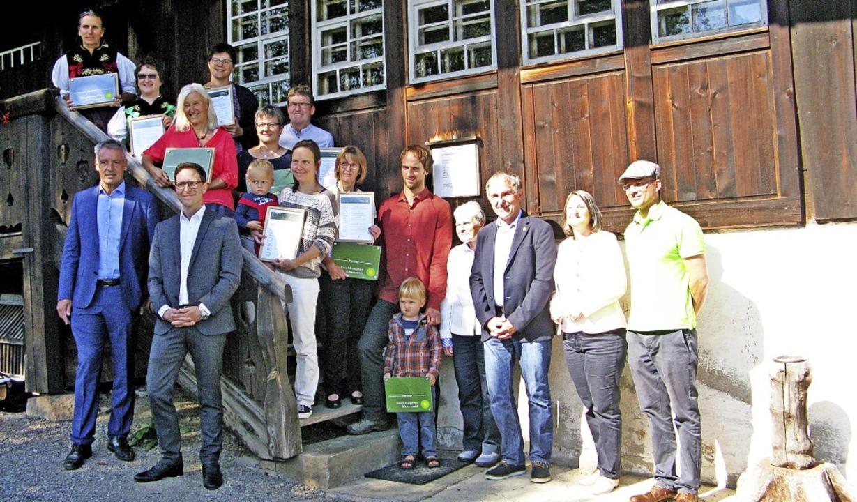 Nach der  Überreichung von Urkunden  a...(Zweite von rechts) vor dem Resenhof.   | Foto: Ulrike Spiegelhalter