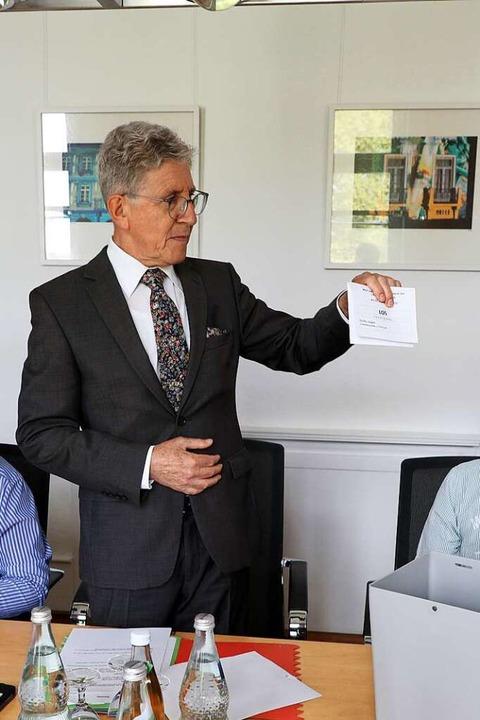 OB Wolfgang G. Müller loste die Reihen...rsitzender des Gemeindewahlausschusses  | Foto: Christoph Breithaupt