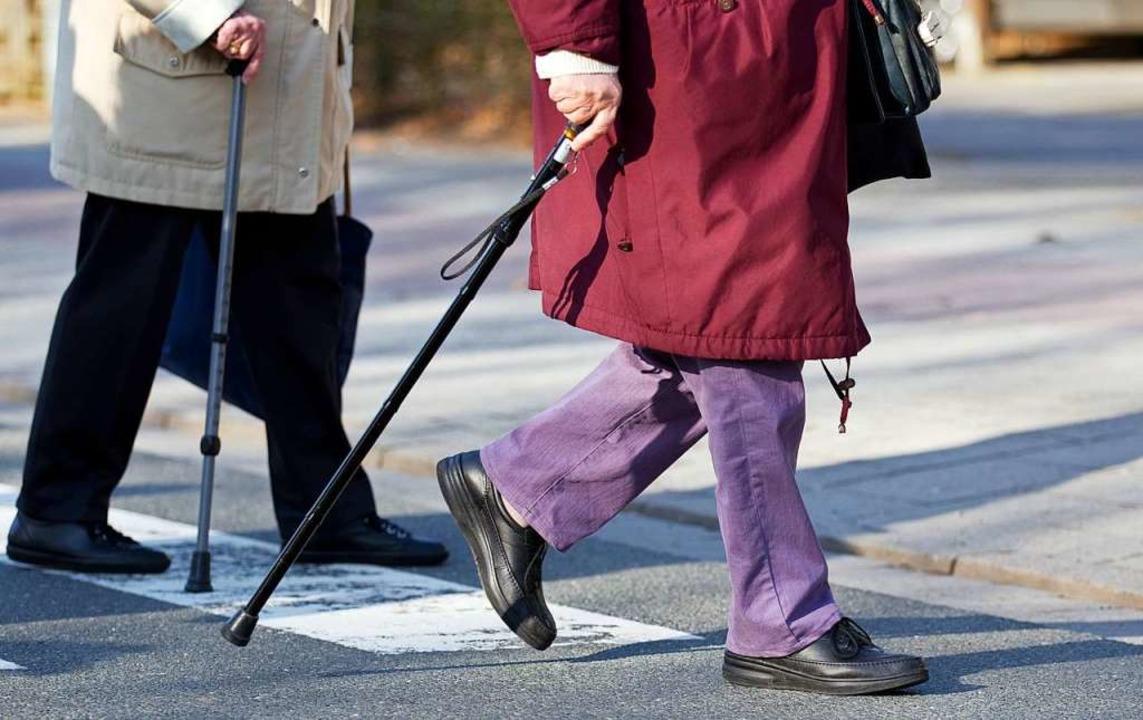 Gerade Ältere sind viel zu Fuß unterwegs und brauchen Schutz.  | Foto: Friso Gentsch