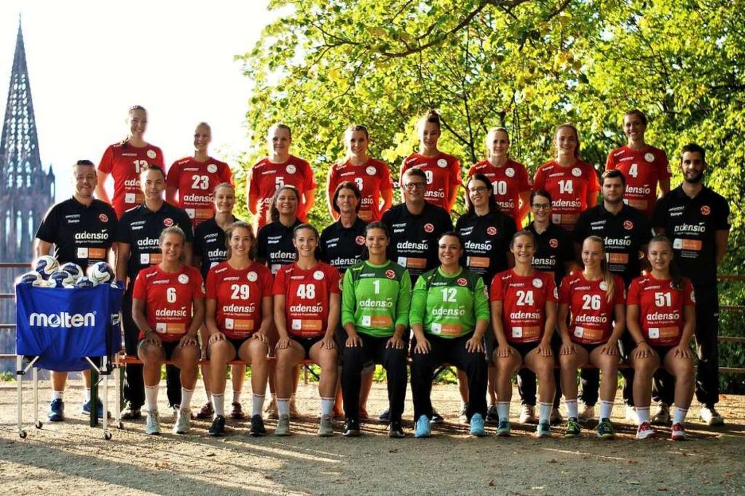 Mannschaft mit Münster: Der HSG-Kader ...ne Czok und Beate Czok (TW-Trainerin).  | Foto: promo