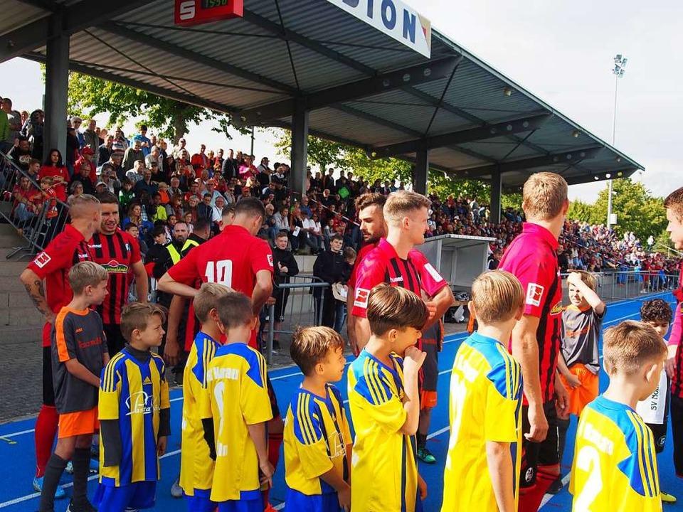 Stolz und aufgeregt waren die Einlaufkinder aus den Rheinfelder Fußballvereinen.  | Foto: Boris Burkhardt
