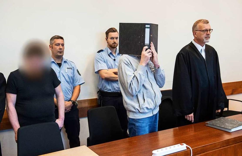 Die beiden Angeklagten vor Gericht  | Foto: Bernd Thissen (dpa)