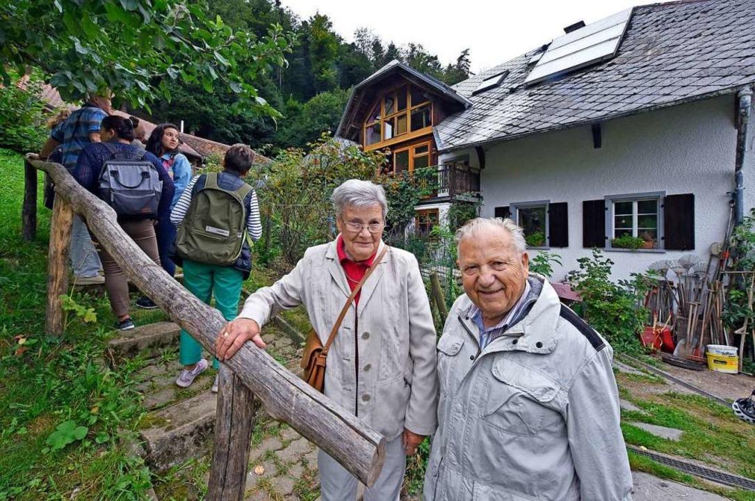 Elisabeth und Egon Kunz vor seinem ehemaligen Elternhaus    Foto: Michael Bamberger