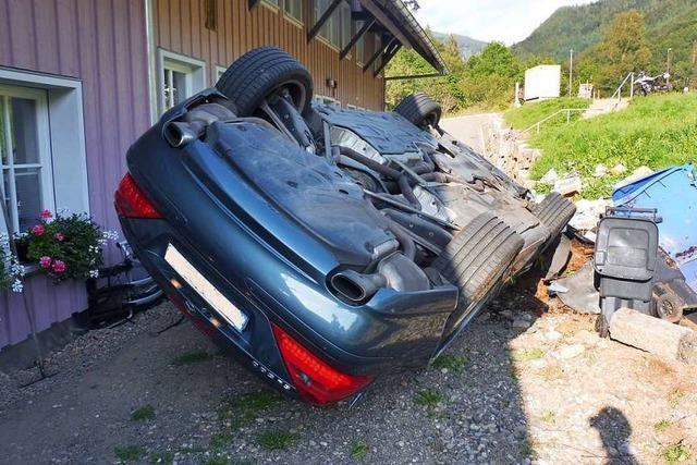 Mercedes kommt in Brandenberg von Fahrbahn ab und überschlägt sich