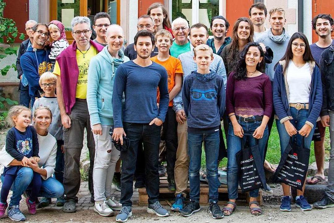 Man versteht sich: Teilnehmer des Baucamps in Hasel.   | Foto: Paul Eischet