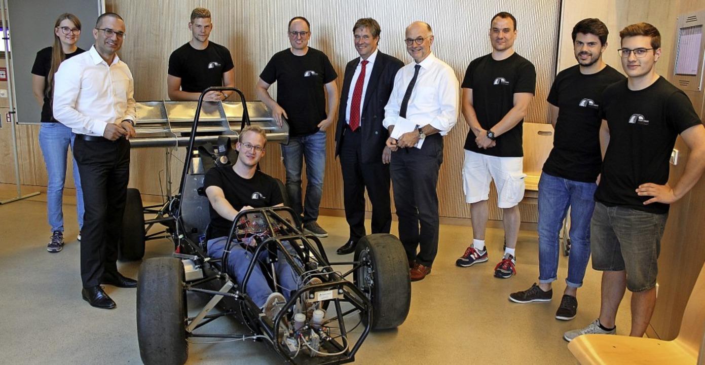 Beim Black Forest Formula Racing Team ...und Kanzler Bülent Tarkan (2. v. l.)    | Foto: Hochschule Offenburg