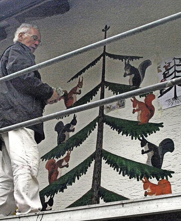 Ernst Baumgartner aus Todtmoos ist ger...Rathäuschens in Wolpadingen zu malen.     Foto: Karin Stöckl-Steinebrunner