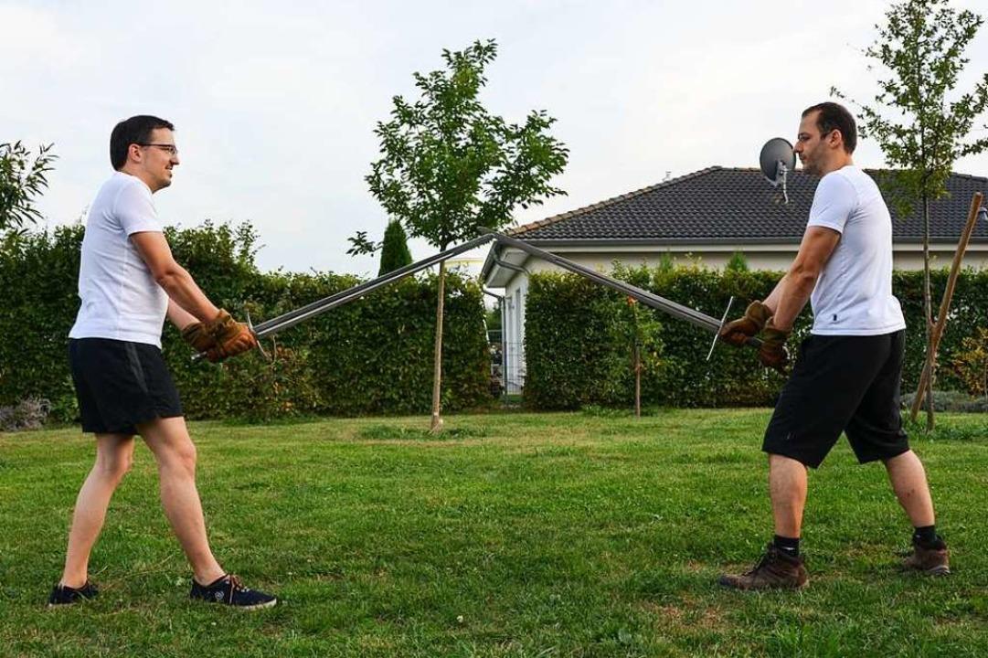 In einem Kenzinger Garten stehen Müller und Ghani sich gegenüber.  | Foto: Felix Lieschke