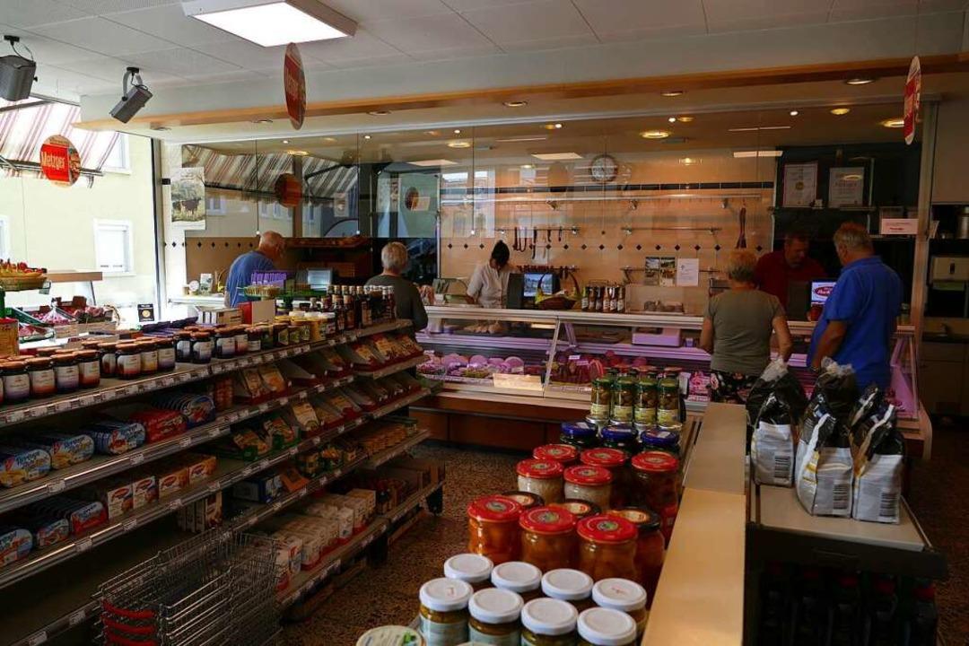 Das Herzstück des Ladens ist die Theke... und frische Salate angeboten werden.   | Foto: Lukas Müller