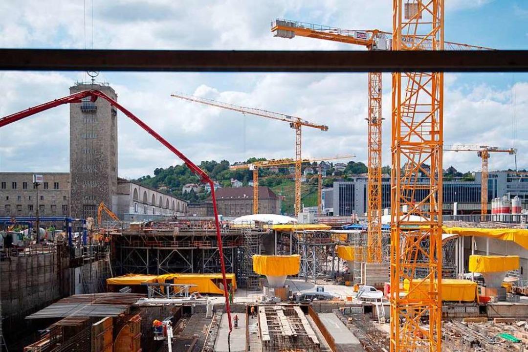 Baukräne sind auf der Baustelle des Bahnprojekts zu sehen.  | Foto: Marijan Murat
