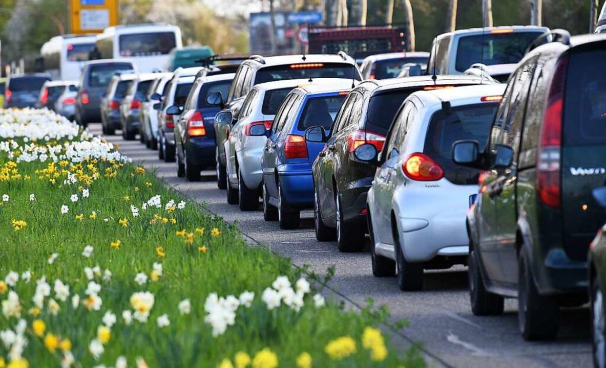 Wo Busse und Bahnen unregelmäßig fahre...mehr Menschen auf das Auto angewiesen.  | Foto: Patrick Seeger (dpa)
