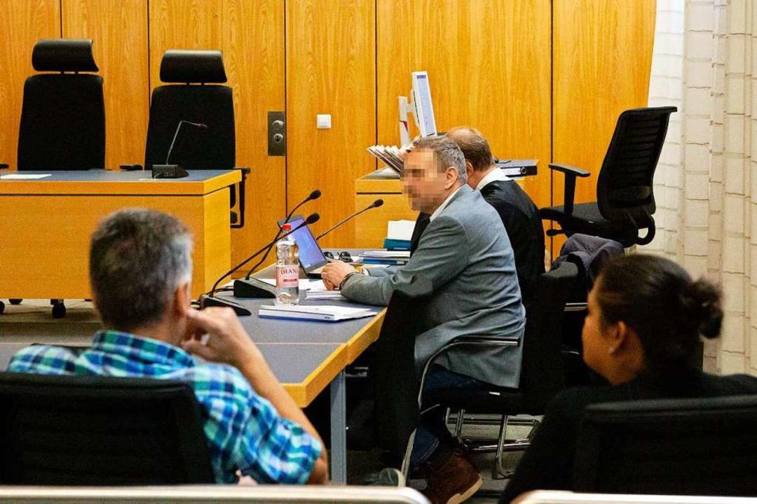 Der Angeklagte Mike V. leidet seit Jah...inrich M. von der Bahnsteigkante stieß  | Foto: stefanie salzer-deckert