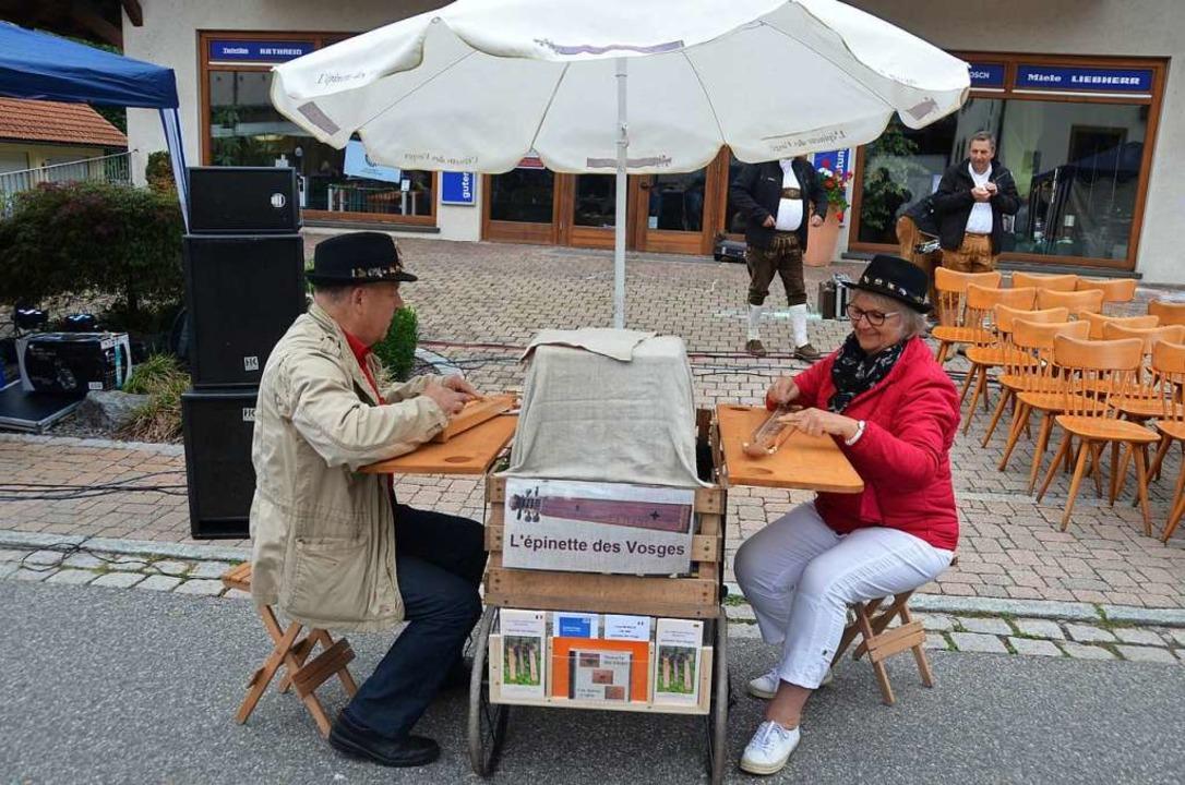 Die Epinettenspieler Pierre und Marie ...lten die Gäste mit ihren Instrumenten.  | Foto: Christiane Sahli