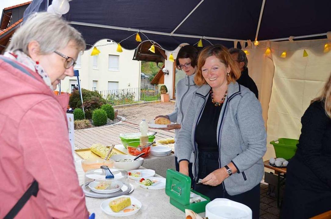 Die Helferinnen hatten immer ein Lächeln für die Gäste.  | Foto: Christiane Sahli