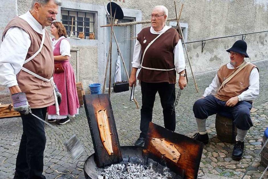 Die Salmfänger in historischen Kostümen bereiteten den Lachs wie früher mit Holzkohle zu. (Foto: Roswitha Frey)