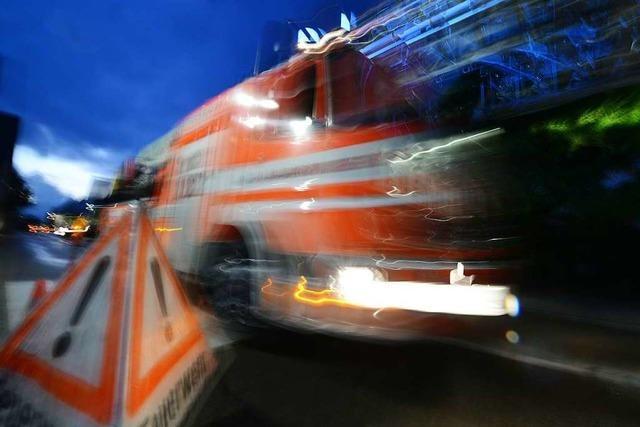 Großeinsatz der Feuerwehr wegen eines Kellerbrands in Haltingen