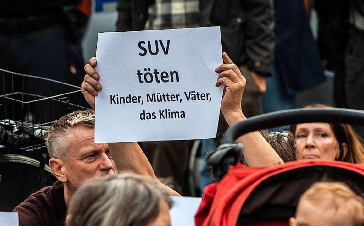 Bei der Mahnwache am Ort des Unfalls i...hmer die Fahrer von Sportgeländewagen.  | Foto: Paul Zinken (dpa)