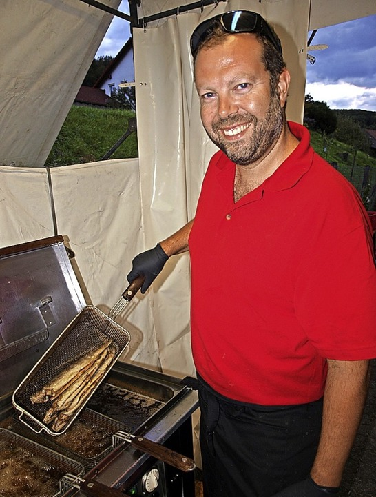 Grillmeister Pascal Zimmerli freute si...bereiteten Forellen als Leckerbissen.   | Foto: Paul Schleer