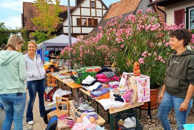Der Dorfflohmarkt in Mauchen zieht wieder zahlreiche Besucher an