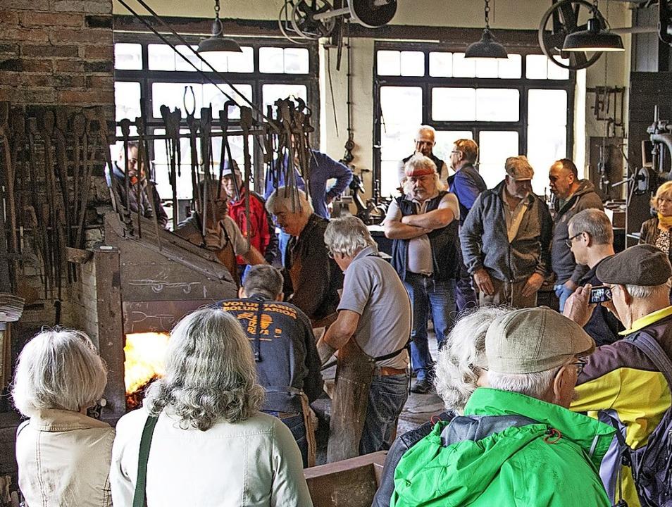 Die Besucher am Tag des offenen Denkma... Schmiede beim Erhitzen des Radbandes.  | Foto: Paul Eischet