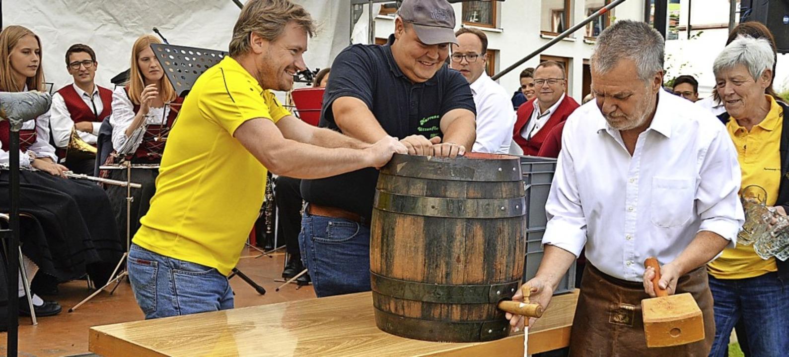 Ein fast spritzfreier Fassanstich durch den Bürgermeister Harald Lais  | Foto: Edgar Steinfelder