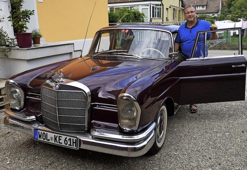 Matthias Drescher hofft auch weiterhin...Mercedes aus den 1960ern,  zu finden.   | Foto: Nele Augenstein