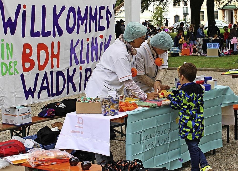 Die BDH-Klinik Waldkirch mit ihrer Ted...t ein Bächleböötle-Bastelbänkle (re.).  | Foto: Jana Fischer
