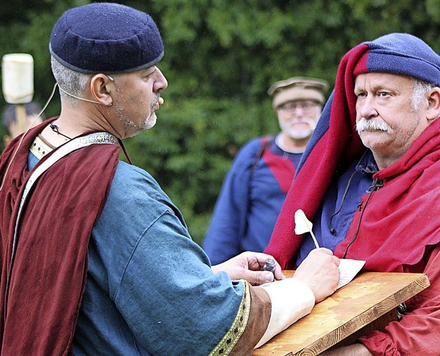Hans-Jürgen van Akkeren (links) als Schreiber  | Foto: Annika Sindlinger