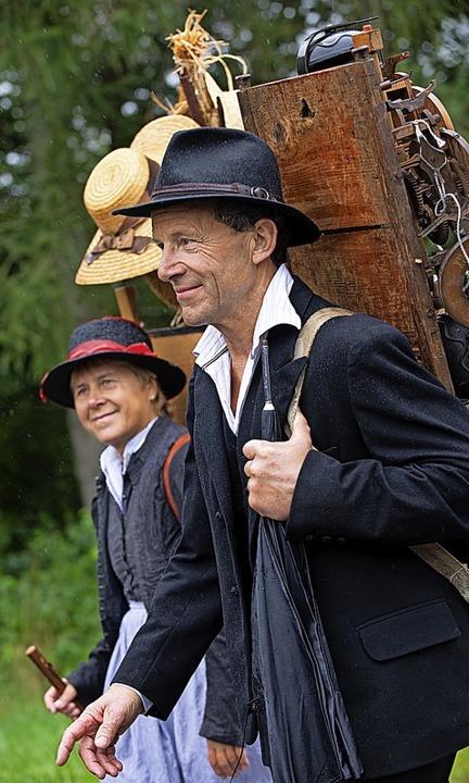 Die Altersmannschaft der Feuerwehr (Bi...und historische Uhrenträger beim Umzug  | Foto: Wolfgang Scheu
