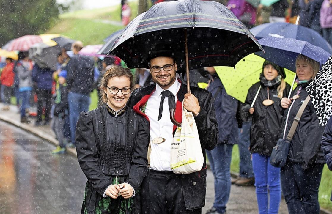Bitte lächeln: Trotz des Regens ist die Laune bestens.  | Foto: Wolfgang Scheu