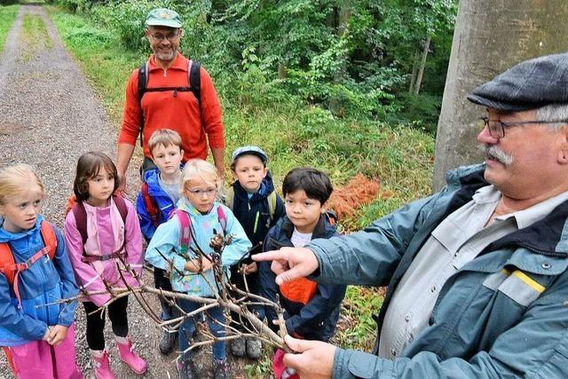 Denzlinger Kinder erkunden mit Förstern den Wald