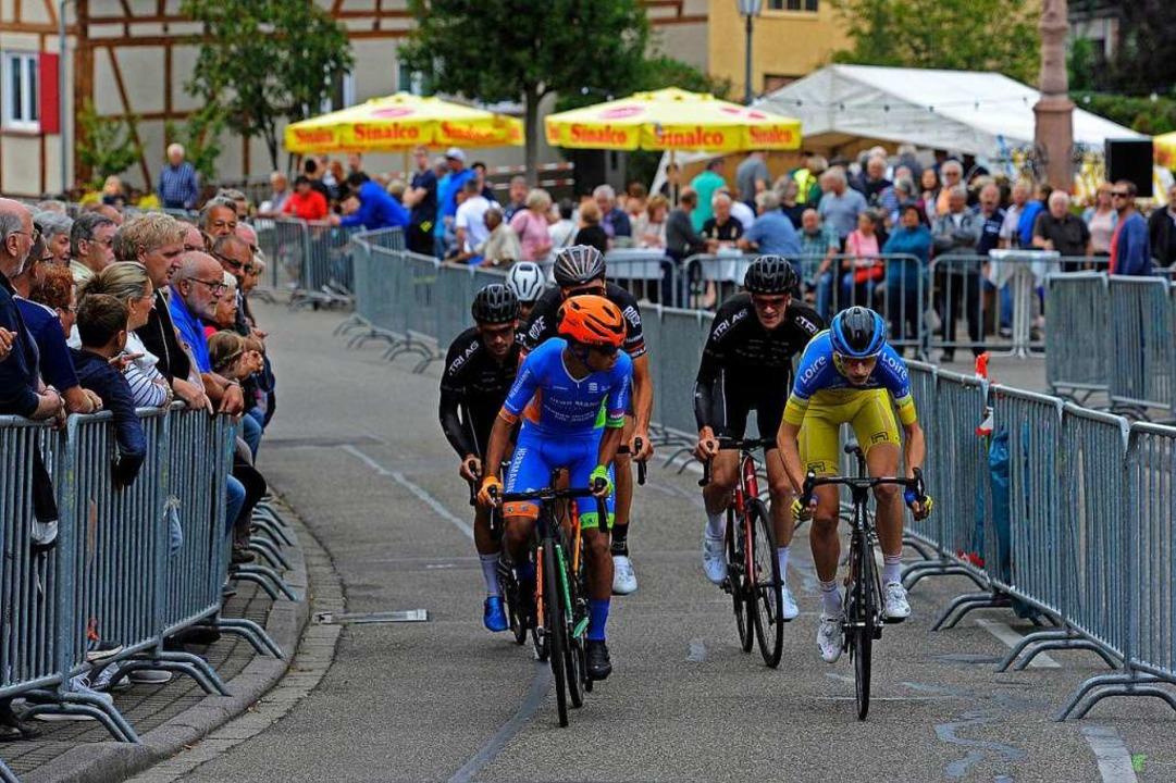 Die Spitzengruppe zu Beginn des Anstiegs in Mahlberg.  | Foto: Pressebüro Schaller