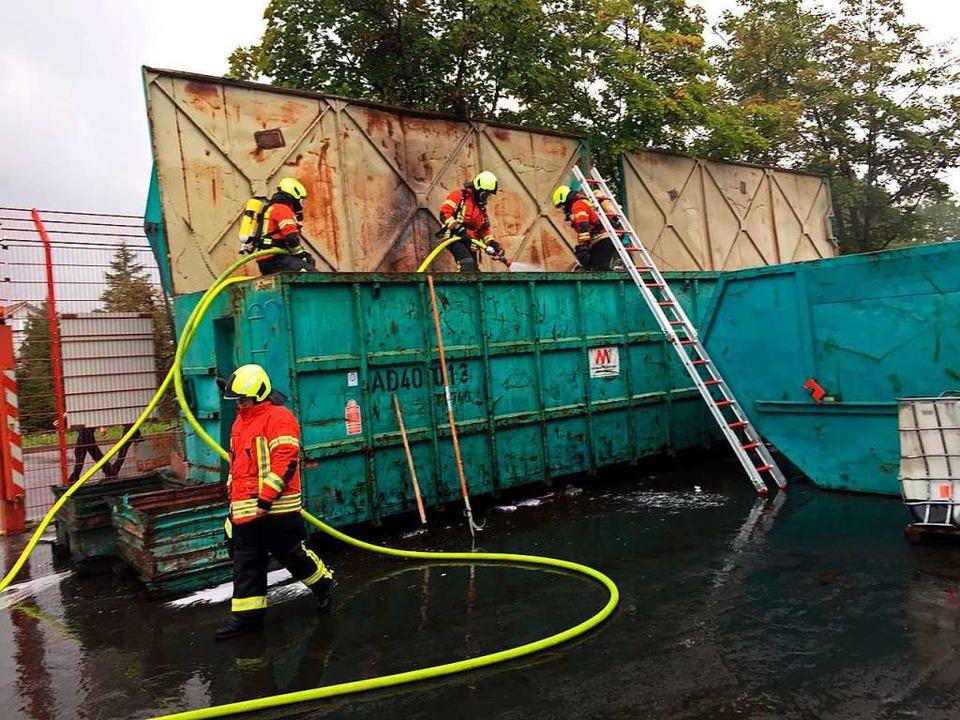 Einsatzkräfte der Freiwilligen Feuerwe...ontainer einer Metallverwertungsfirma.  | Foto: Feuerwehr Gottenheim