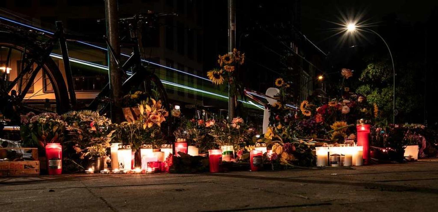 Blumen und Kerzen haben Menschen an de... einem Verkehrsunfall gestorben waren.  | Foto: Paul Zinken (dpa)