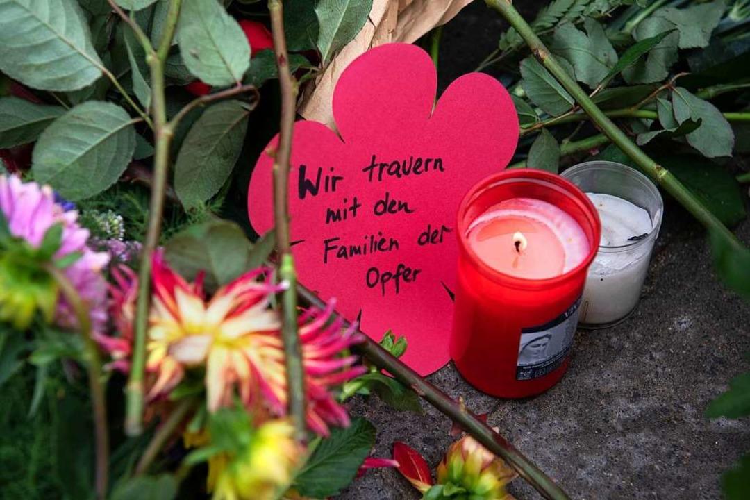 Eine Kerze brennt an der Stelle, an de... einem Verkehrsunfall gestorben waren.  | Foto: Paul Zinken (dpa)