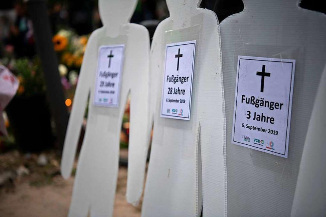 Pappfiguren mit Zetteln, auf denen der... einem Verkehrsunfall gestorben waren.  | Foto: Paul Zinken (dpa)