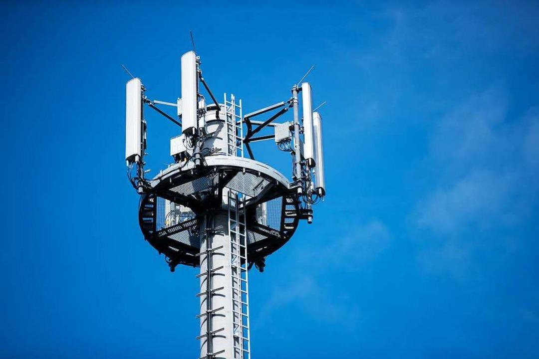 Ein Mast mit verschiedenen Antennen von Mobilfunkanbietern.  | Foto: Jens Büttner