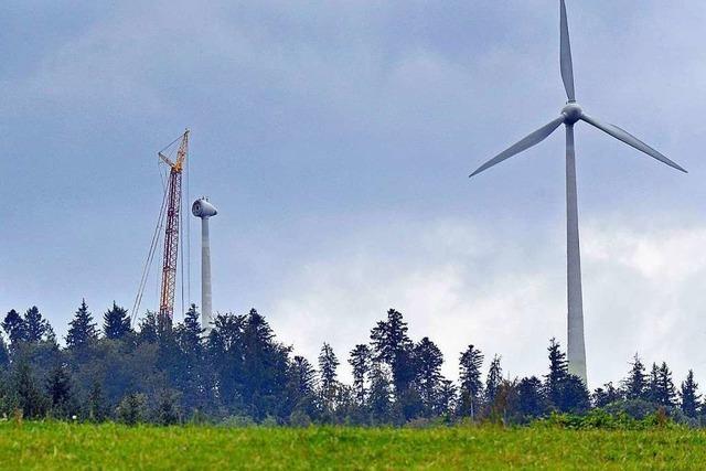 Wegen der Windrad-Reparatur steht ein Riesenkran auf dem Rosskopf