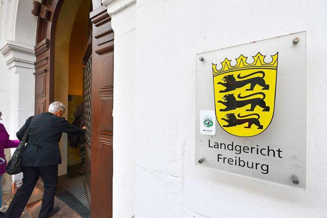 Vor dem Landgericht müssen sich die zwölf Angeklagten verantworten.  | Foto: Ingo Schneider