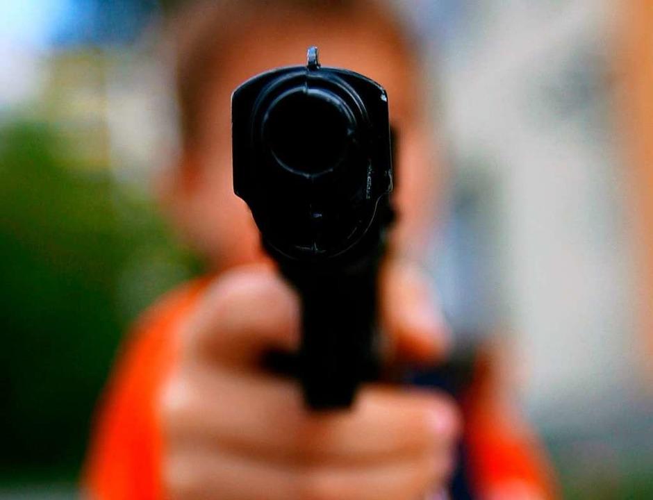 Die drei mutmaßlichen Täter, die die S...rfielen, waren bewaffnet (Symbolbild).    Foto: Arno Burgi