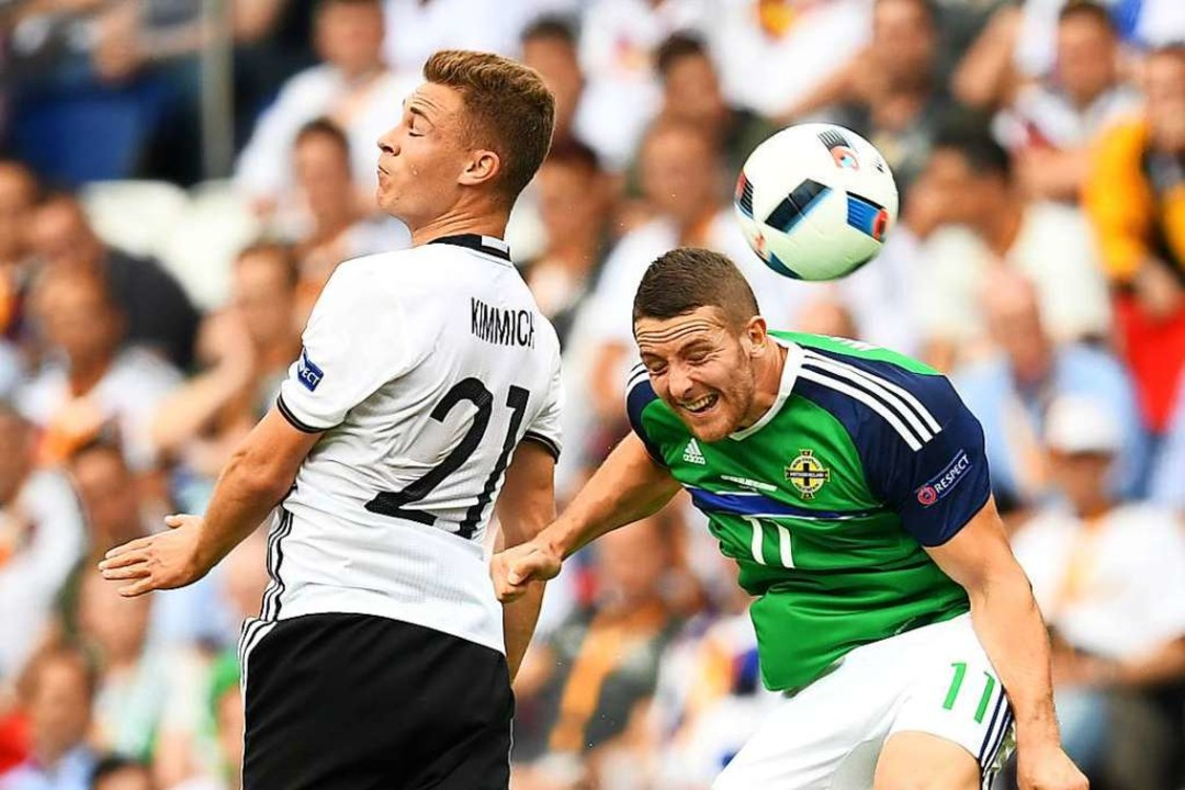 Auch bei der Europameisterschaft 2016 ...re Conor Washington ins Kopfballduell.  | Foto: Arne Dedert