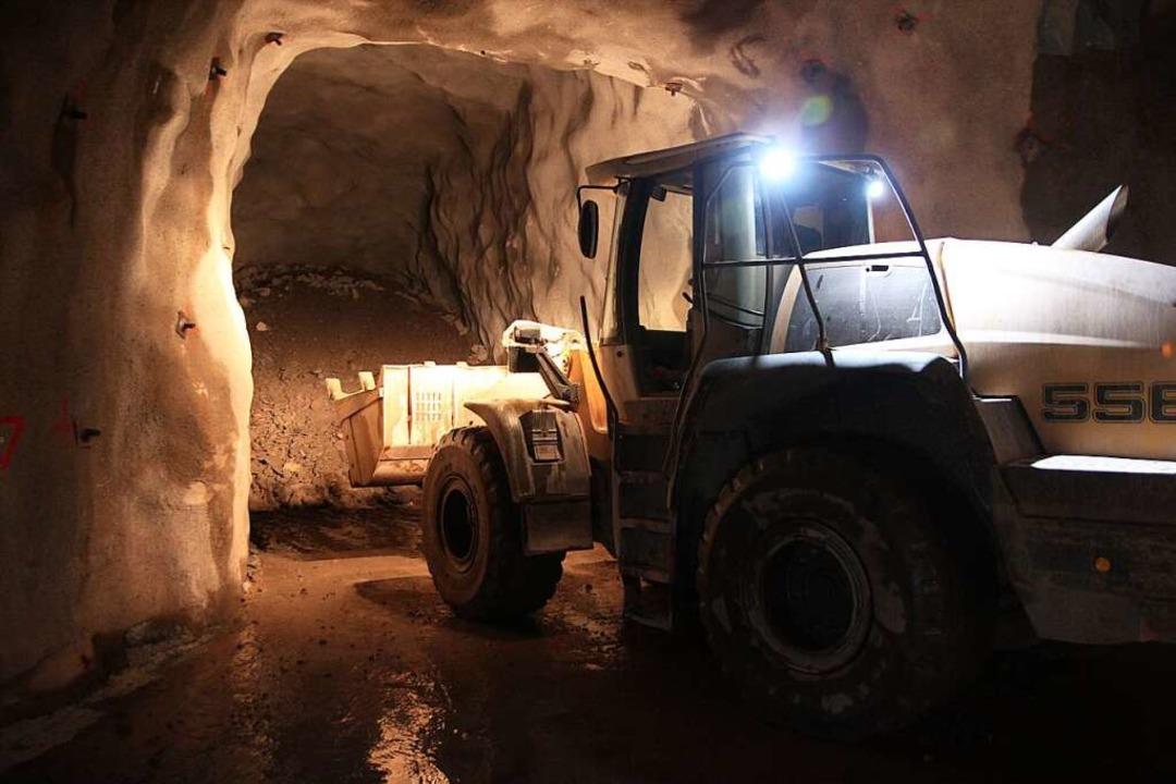 Ein Radlader schaufelt das herausgespr...tein aus der Grube Clara im Kinzigtal.  | Foto: Michael Saurer